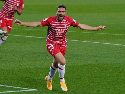 El delantero del Granada CF celebra un gol durante un partido de esta temporada.
