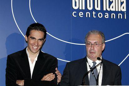 Alberto Contador junto a Angelo Zomegnan, director del Giro de Italia.