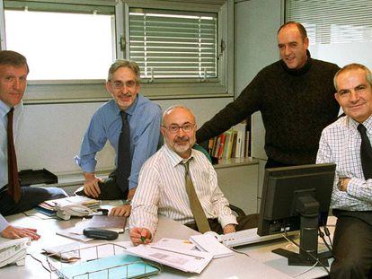Joaquín Prieto rodeado de sus compañeros del equipo de investigación. De izquierda a derecha, José María Irujo, Juan Jesús Aznarez, José Luis Barbería y Antonio Caño.