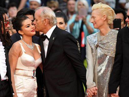 Bill Murray besa a Selena Gomez, en presencia de Tilda Swinton y Jim Jarmusch (d). En vídeo, declaraciones del jurado de Cannes.