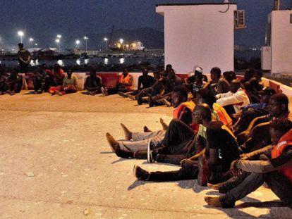Llegada al puerto de Motril de 153 inmigrantes que fueron rescatados por Salvamento Marítim cerca de la isla de Alborán. En vídeo: Traslados al puerto de Málaga 259 inmigrantes rescatados en Alborán.