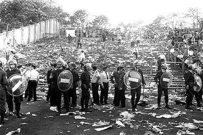 Aspecto de la grada del estadio de Heysel, en Bruselas, tras la tragedia que se cobró 39 vidas en la final de la Copa de Europa de 1985.