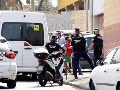 Traslado de algunos de los 234 menores alojados en el polideportivo Santa Amelia de Ceuta desde el salto de la valla en mayo, el viernes.