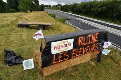 """Un cartel con el lema """"President arruina a los ganaderos"""", en protesta por el bajo precio de la leche, en una carretera de Le Mans (Francia), el viernes pasado."""