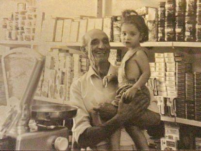 Agustín Aragonés con una de sus nietas, en 1987.
