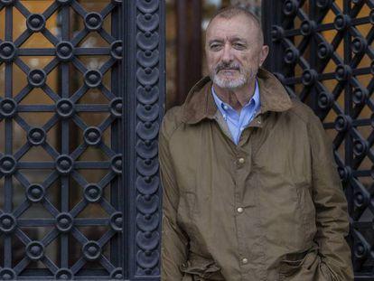Arturo Pérez-Reverte, este miércoles, en la sede de la RAE, en Madrid. En vídeo, declaraciones a Efe.