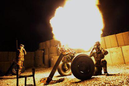 Soldados de la OTAN hacen pruebas en una base cercana a Kabul.