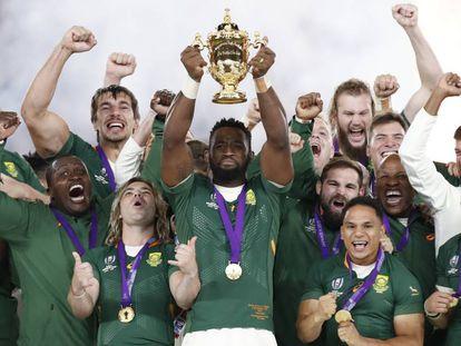 Siya Kolisi levanta el trofeo de campeón del mundo de rugby.