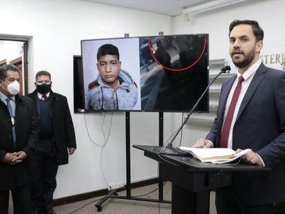 El ministro de Gobierno de Bolivia, Eduardo del Castillo, habla sobre la captura del exministro Edwin Characayo, quien se ve en la pantalla.