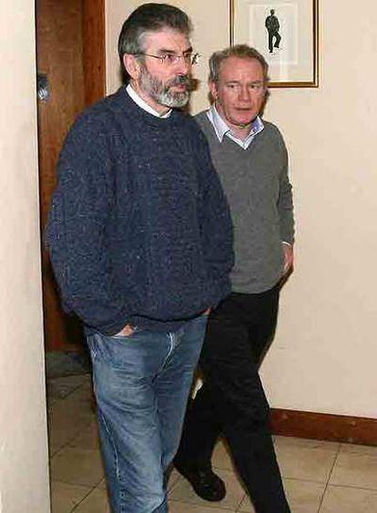 Gerry Adams (izquierda) y Martin McGuinness, ayer en Dublín.