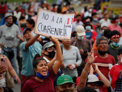 Cientos de personas participan en una manifestación contra la cuarentena, en Lima, el pasado enero.