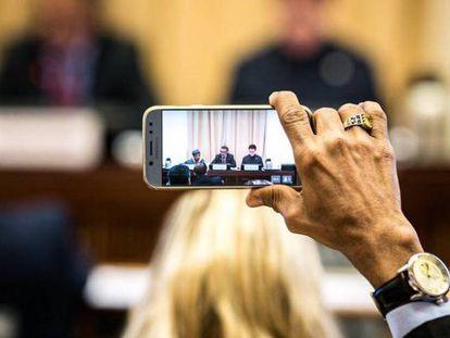 Un delegado graba una discusión en la 72.ª Asamblea de la Organización Mundial de la Salud.