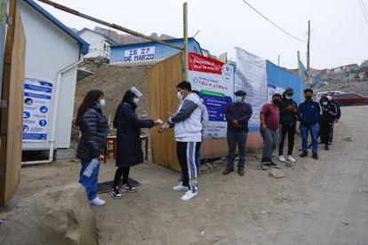 La entrada a un centro de votación en San Juan de Lurigacho, en las afueras de Lima, este domingo.