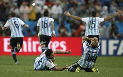 Gary y Mascherano celebran el pase a la final.