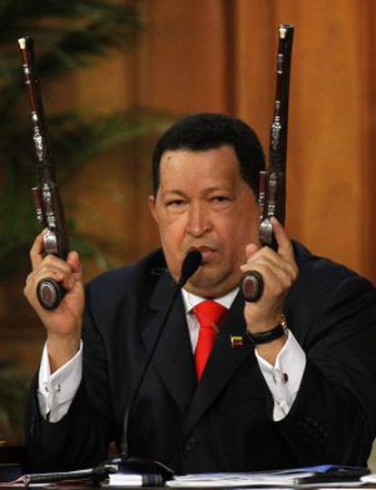 Chávez sostiene las pistolas de Bolívar durante un discurso.