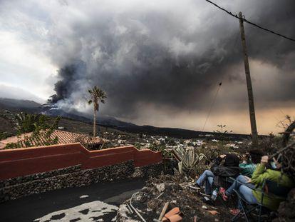 Varios turistas observan el volcán de La Palma, cerca del mirador de Tajuya.