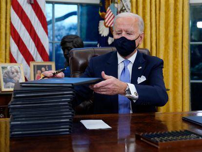 Joe Biden antes de firmar varias órdenes ejecutivas en el Despacho Oval de la Casa Blanca, este miércoles.