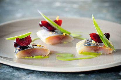 Caballa, cereza, manzana y maji leaf, plato inspirado por Foodpairing.