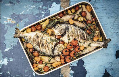 Dorada asada con vegetales, una de las recetas que aparece en el libro 'Captain's dinner' (teNeues).