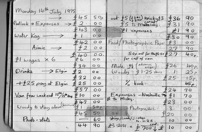 Libro de contabilidad a la vieja usanza. Este data de 1975 y pertenecía a Julian Yewdall, manager del grupo The 101'ers liderado por Joe Strummer, quien posteriormente sería líder de The Clash.