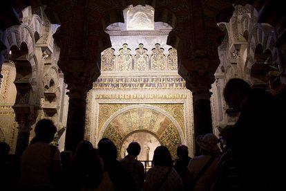 Un grupo de visitantes observa desde la macsura, espacio destinado al califa, el mihrab de la mezquita de Córdoba.
