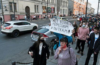 """Marcha a favor del opositor Alexéi Navalni en Vladivostok, Rusia, este miércoles. En la pancarta se puede leer: """"¡No a la guerra, a la represión y a la turtora!"""""""