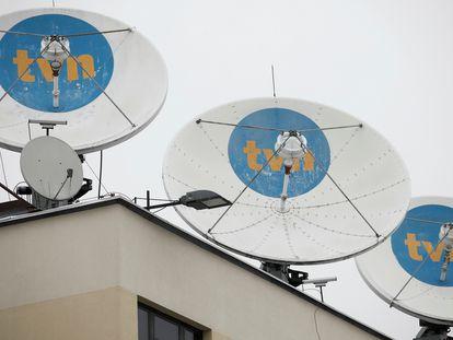 Varias antenas con el logo del canal privado TVN, en el tejado de su sede central en Varsovia, Polonia.