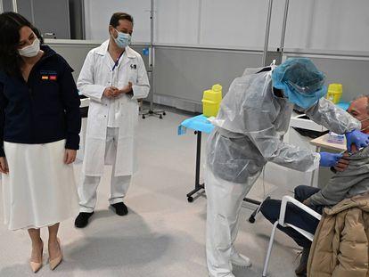 La presidenta de la Comunidad de Madrid, Isabel Díaz Ayuso (a la izquierda), asiste al proceso de vacunación en el hospital Zendal, el martes 23 de febrero.