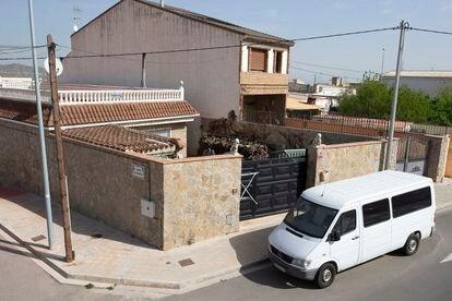 La casa de Onda donde estaban hacinados los trabajadores y la furgoneta con la que eran trasladados al campo.
