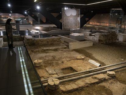 Vista de la grava que ocupa el lugar de los mosaicos hasta que estos vuelvan a su ubicación original, en el Antiquarium de Sevilla.