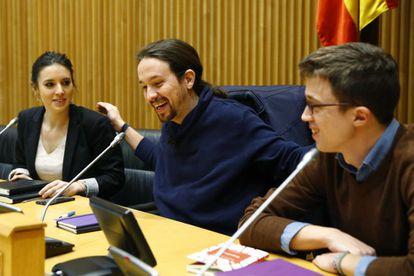 El líder de Podemos, Pablo Iglesias acompañado por el portavoz en el Congreso, Íñigo Errejón y la portavoz en la Comisión de Educación y Deporte, Irene Montero  durante la rueda de prensa posterior a la reunión del grupo parlamentario en el Congreso de los Diputados.