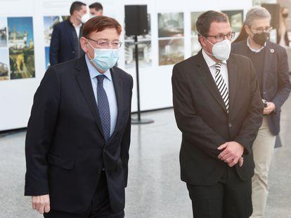 El presidente de la Generalitat, Ximo Puig (i) , junto al Secretario General de industria del Ministerio de Industria, Raúl Blanco, asiste a la presentación de la Alianza Valenciana de Baterías.
