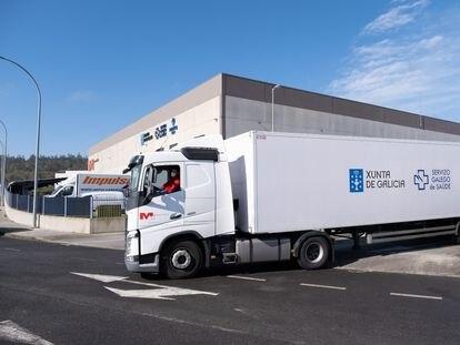 La Xunta recibe dos lotes adquiridos con 2 millones de mascarillas a través de la logística de Inditex, este miércoles.