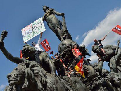 Protesta en la estatua 'El triunfo de la República' el viernes en París.