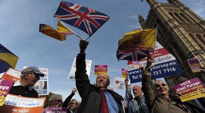 Simpatizantes del UKIP se manifiestan frente al Parlamento británico en Londres, en octubre de 2011.