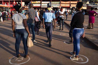 Cola en una estación de autobús en Kigali (Ruanda), el 4 de mayo.