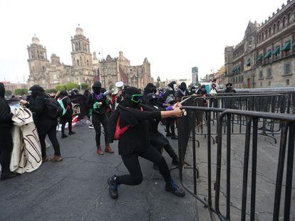 Feministas rompen una valla a las afueras del Palacio Nacional como protesta contra Félix Salgado Macedonio, el día de hoy.