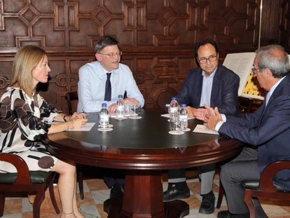 El presidente de la Generalitat, Ximo Puig, durante la reunión con el consejero y la secretaria Autonómica de Hacienda, Vicent Soler y Clara Ferrando, y el experto, Francisco Pérez.