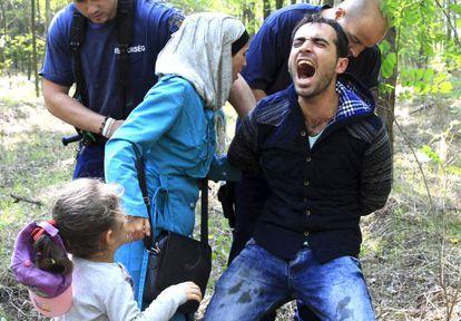 La policía húngara detiene a una familia siria, ayer, cerca de la frontera con Serbia.