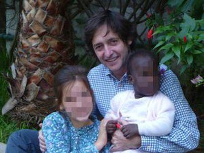 José María Castro, con su hija biológica y el niño que quiere adoptar.