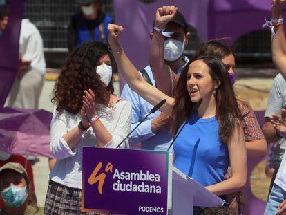 La ministra española de Derechos Sociales, Ione Belarra (a la derecha de la imagen), en un discurso durante la IV Asamblea de Podemos, en Alcorcón (Madrid), el pasado 13 de junio.