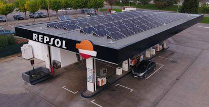 Una estación de servicio de Repsol equipada con paneles solares.