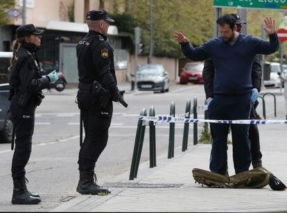 Varios policías nacionales cachean y piden la documentación a un joven que no había seguido las órdenes de confinamiento por el coronavirus, el pasado marzo en Madrid.