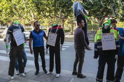 Sindicatos de los Mossos d'Esquadra protestan contra Miquel Buch ante el Parlamento.