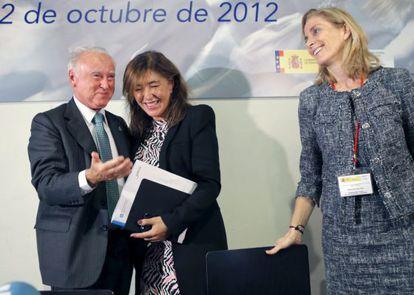José Manuel Castelao, junto a la consejera gallega de Trabajo, Beatriz Mato (centro), y la secretaria general de Inmigración y Emigración, Marina del Corral (derecha), en un acto el martes pasado en Santiago de Compostela.
