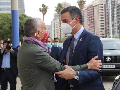 El presidente del Gobierno, Pedro Sánchez, junto con el secretario general de UGT, Pepe Álvarez, en Valencia este jueves.