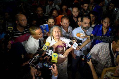Elizabeth Salazar muestra su seno izquierdo a la prensa venezolana.