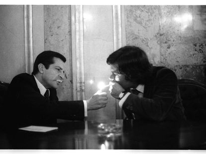 PACTOS ENTRE CIGARRILLOS.- Adolfo Suárez enciende el cigarrillo de Felipe González en una sala del Congreso de los Diputados, en octubre de 1978, cuando se negociaban los Pactos de la Moncloa. Ambos líderes mantenían encuentros fuera del salón de Plenos de las Cortes para negociar acuerdos en aquellas fechas de alta actividad política.