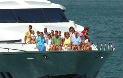 La familia real, en la cubierta del yate 'Fortuna' en el año 2005.