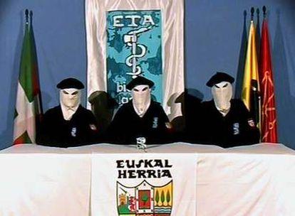 """Imagen del vídeo en el que ETA anunciaba, el 22 de marzo de 2006, el inicio de su """"alto el fuego permanente""""."""